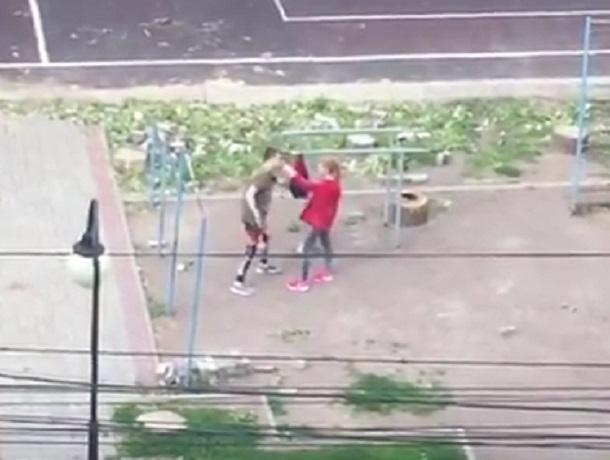 Бесконтактную битву девушки с парнем сняли на видео в Воронеже
