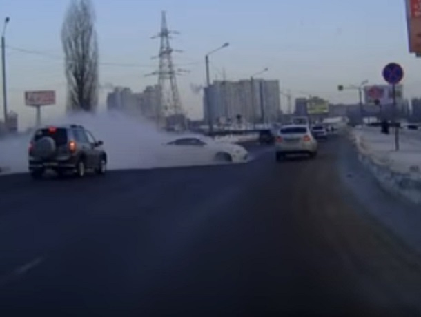 Зрелищный полет спортивного автомобиля в Воронеже попал на видео