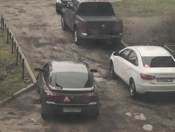 В Воронеже автохам целый день загораживал проезд наглой парковкой
