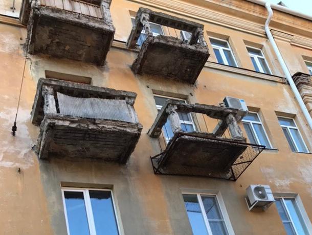 Ветхий балкон в центре города держит в страхе воронежцев