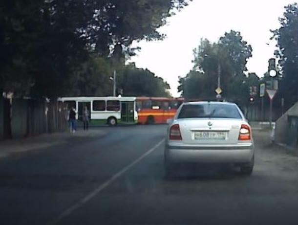 Хамские гонки автобусов сняли на видео в Воронеже
