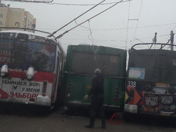 В Воронеже из-за массового ДТП с автобусами и троллейбусами встал Московский проспект
