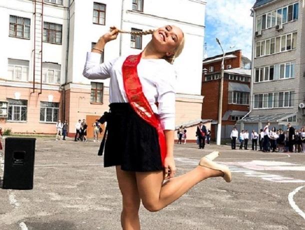 Ангелина Мельникова попрощалась со школой в Воронеже в игривой позе