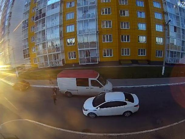 На видео показали, как иномарка сбивает ребенка в Воронеже