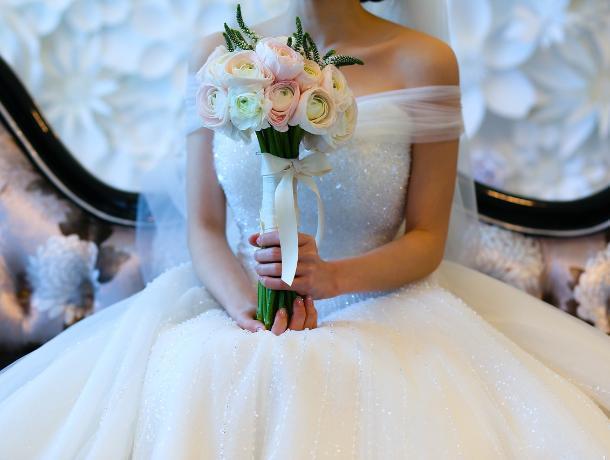 Воронежские приставы забрали у должницы 15 свадебных платьев