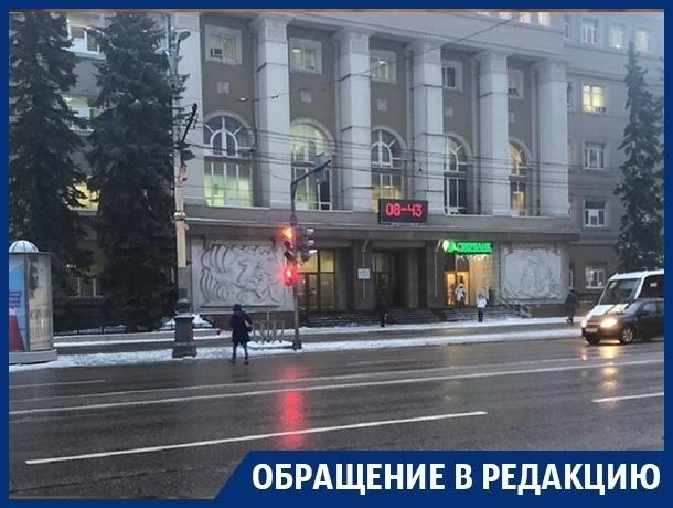 Новым светофором перегородили проспект Революции в Воронеже