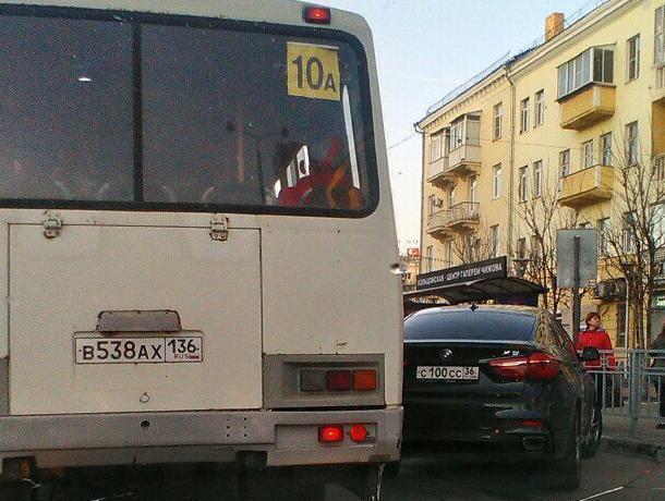 Мажор на BMW X6 показал «Пазикам», где их место в Воронеже