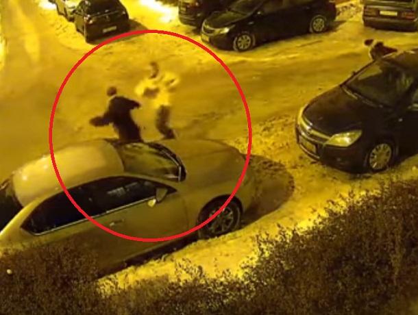 Близнецы-грабители, избивающие женщину железной трубой в Воронеже, попали на видео