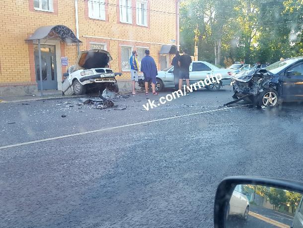 Три человека пострадали в массовом ночном ДТП в Воронеже