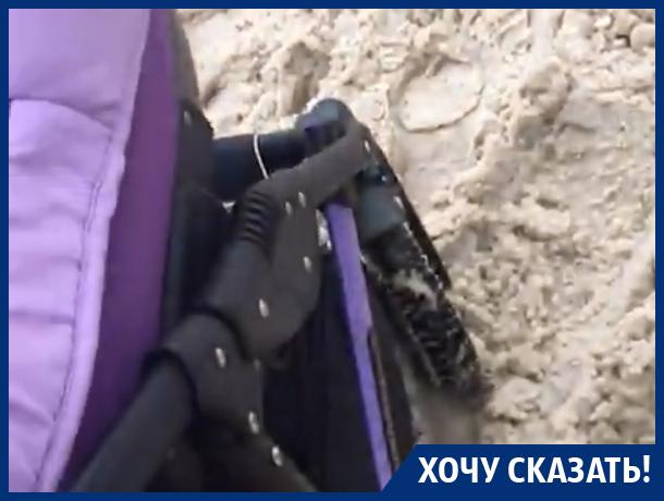 Мама с коляской наглядно пристыдила коммунальщиков в Воронеже