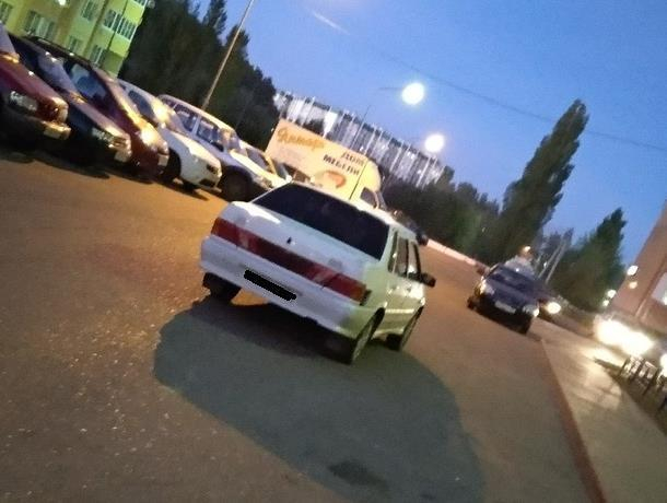 Воронежцы оправдали одинокую парковку ВАЗ на дороге