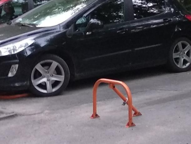 В мэрии Воронежа объяснили, почему не будут убирать блокираторы парковки во дворе