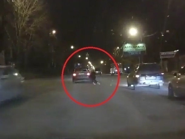 Навидео попало, как иностранная машина  сбивает девушку на«зебре» вВоронеже