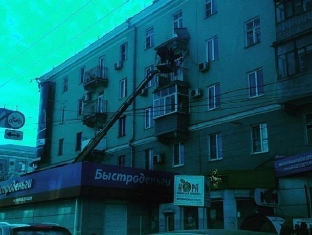 Вцентре Воронежа балконная решетка обрушилась насалон микрозаймов
