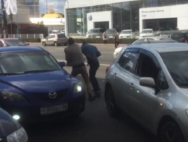 Жесткая драка водителей на дороге в Воронеже попала на видео