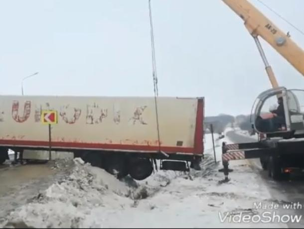 Спасение краном фуры на воронежской трассе сняли на видео