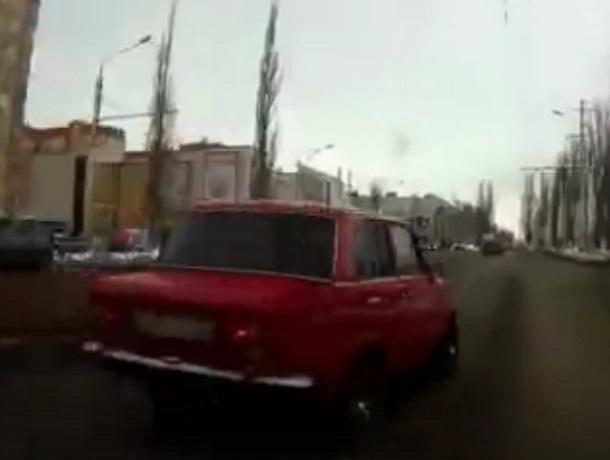 Лихач на «копейке» показал мастер-класс на дороге в Воронеже