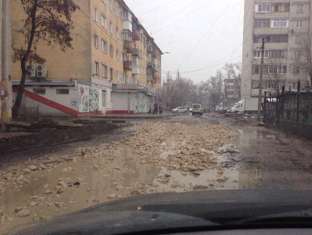 В Воронеже из-за бесхозного трубопровода дорога превратилась в ад
