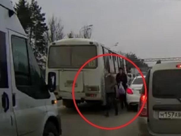 Навидео попало, как вВоронеже шофёр ПАЗа высадил пассажиров надороге