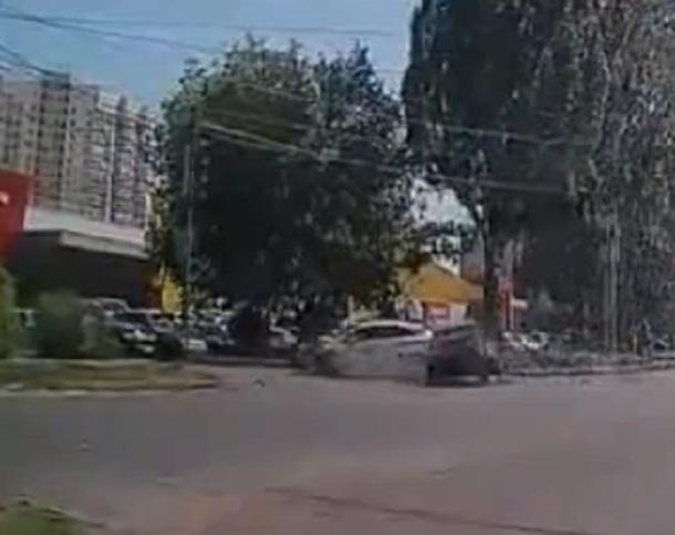 Момент убойного столкновения на перекрестке в Воронеже попал на видео