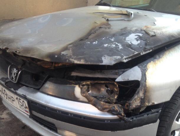 Сгоревший Peugeot москвича сняли на фото в Воронеже