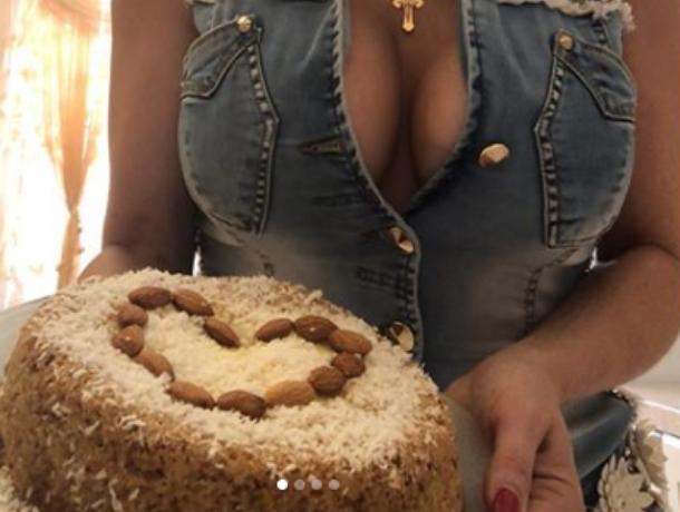 Блондинка с огромным декольте показала аппетитную ватрушку в Воронеже