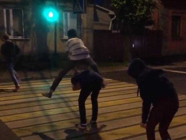 ВВоронеже подростки устроили страшную игру напроезжей части