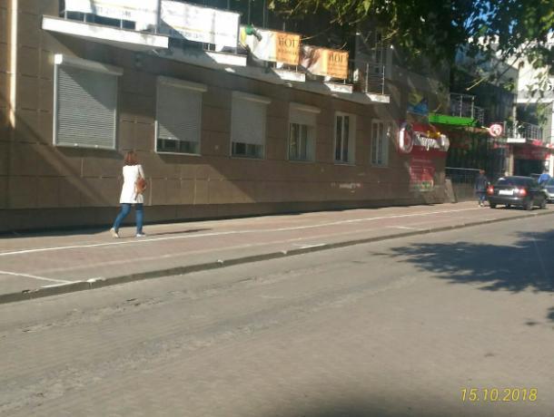 Платные парковки на тротуаре потеснили пешеходов в Воронеже