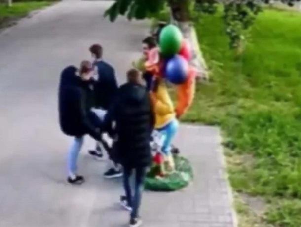 ВВоронежской области повредившие фигуру Кота Леопольда парни попали навидео