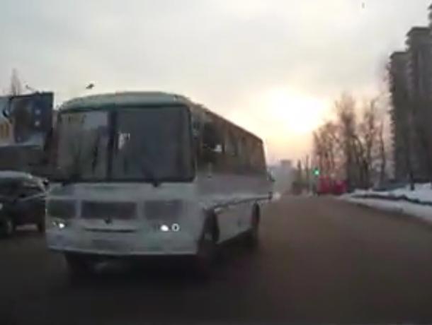 В Воронеже на видео сняли «веселые маршрутки», от которых стоит уворачиваться