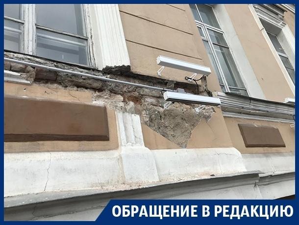 По заказу воронежской мэрии варварски уничтожается Дом губернатора