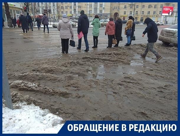 Пешеходы тонут в снежной каше на «зебре» в центре Воронежа