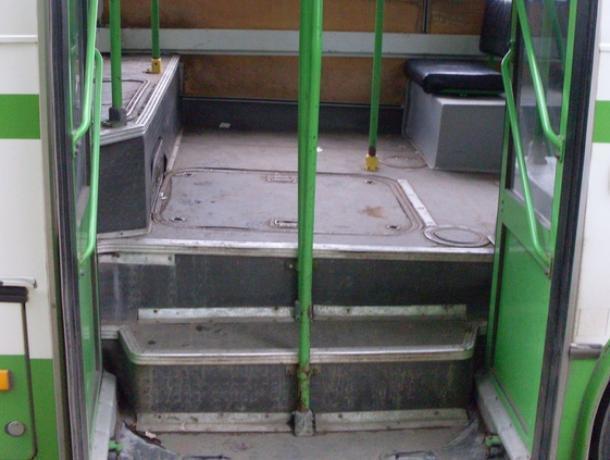 В Воронеже автобус едва не раздавил девушку, зажав ногу дверью