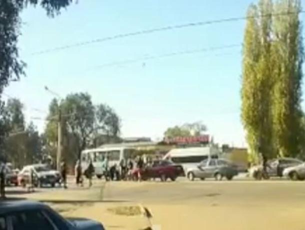 Момент наезда Daewoo на женщину с ребенком попал на видео в Воронеже