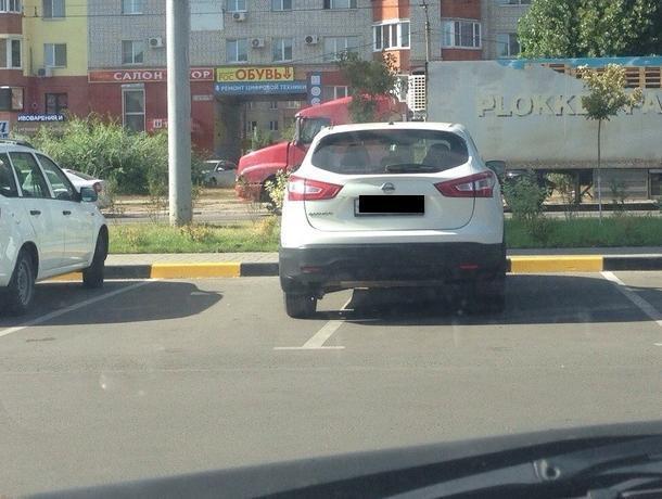 Воронежцы потешились над способностью девушки парковаться
