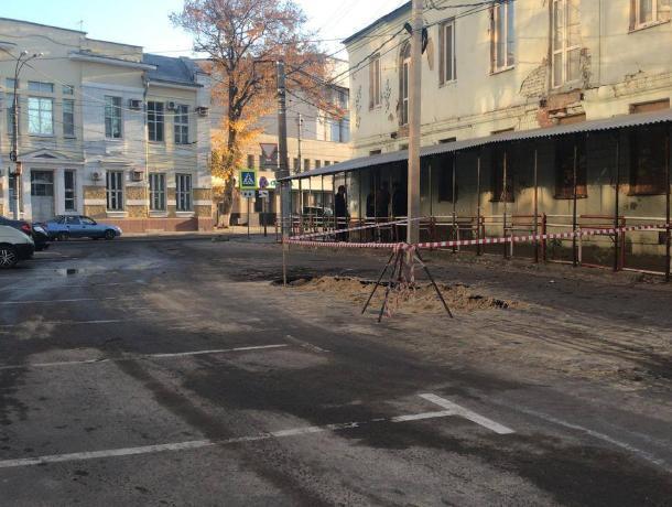 В центре Воронежа ликвидировали прорыв с фонтанами из-под асфальта
