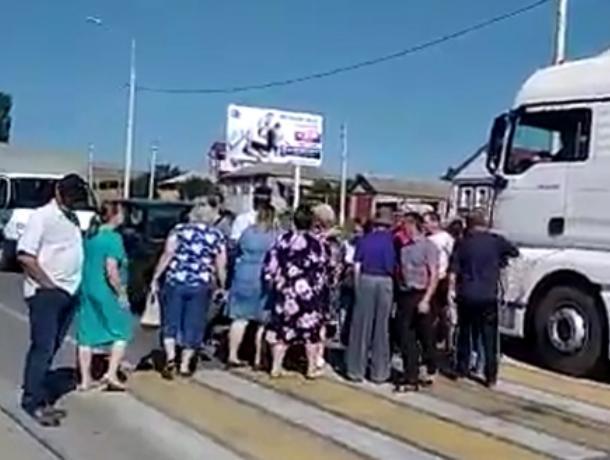 Воронежцы в час пик перекрыли дорогу в войне с чиновниками за воду