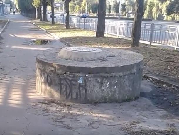 Торчащий посреди тротуара «дзот» показали на видео в Воронеже