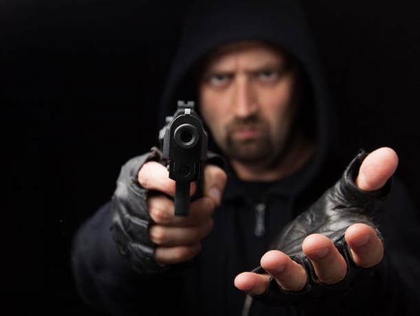 Голодный воронежец с пистолетом обнес две закусочные за 10 минут