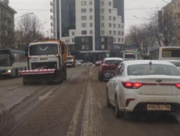 Лихачи-беспредельщики запугали снегоуборщиков в Воронеже