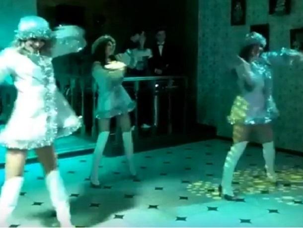 Страстный танец сексуальных Снегурочек в Воронеже попал на видео