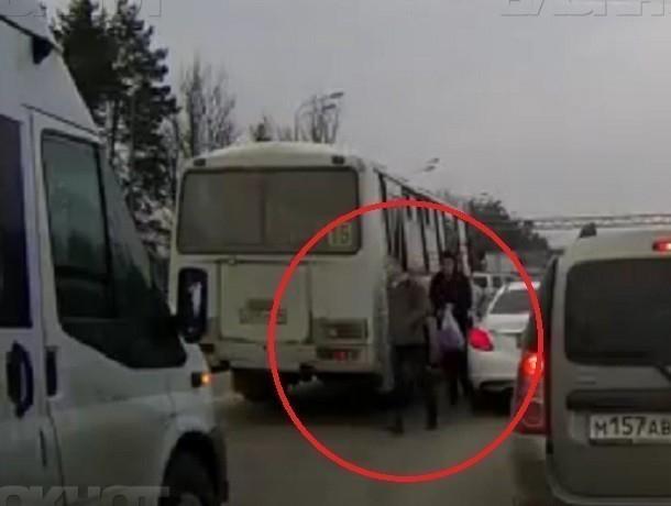 Воронежцы сняли навидео, как шофёр ПАЗа высаживает людей напроезжую часть