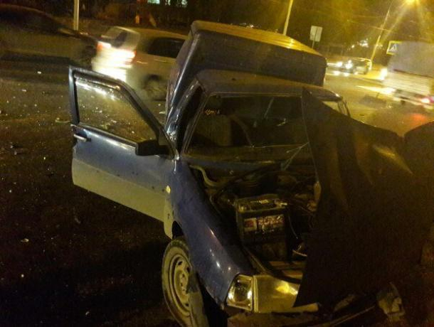 ВВоронеже вмассовом ДТП сучастием 6-ти авто пострадали два человека