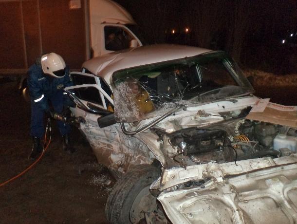 ВВоронеже встолкновении легковушки и грузового автомобиля пострадали два человека