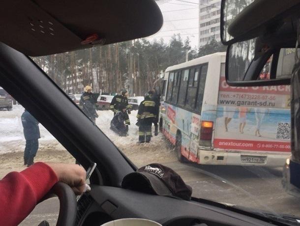 ВВоронеже мужчина иженщина оказались под колесами маршрутки