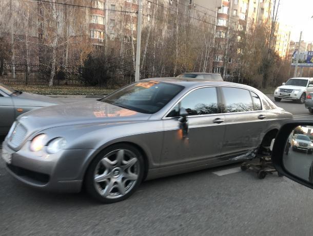Последствия ДТП с Bentley попали на фото в Воронеже