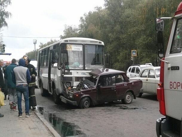 ВВоронеже маршрутка протаранила легковой автомобиль