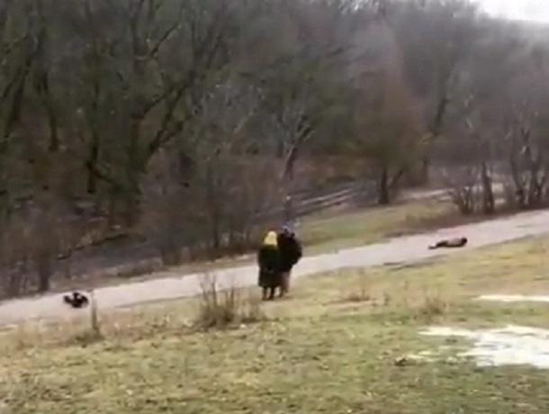 Опасное развлечение детей под присмотром взрослых в Воронеже сняли на видео