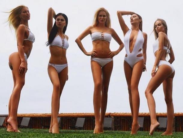 Пять девушек с телами богинь попозировали на траве в Воронеже