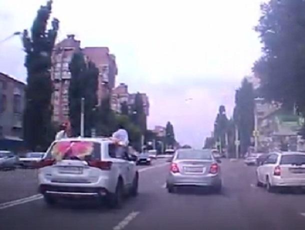 Жених с невестой на скорости вылезли из машины в Воронеже